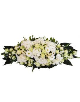 Rouwstuk met witte seizoensbloemen